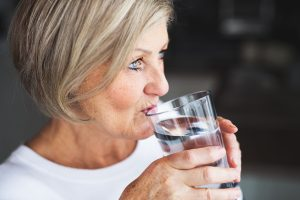 Wasser trinkende Frau