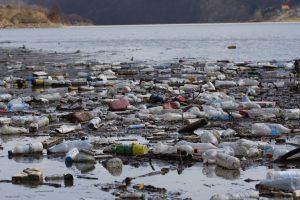 Müll im Fluss